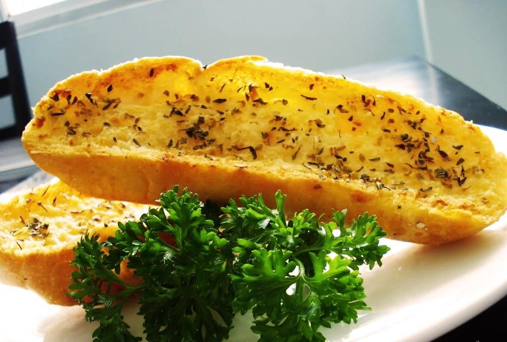 Bánh mì bơ tỏi làm từ nồi chiên không dầu